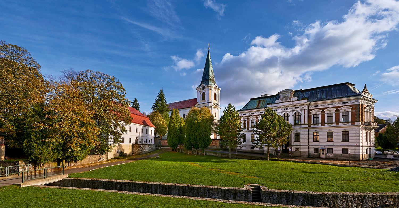 Fara, kostel sv. Jiří a radnice